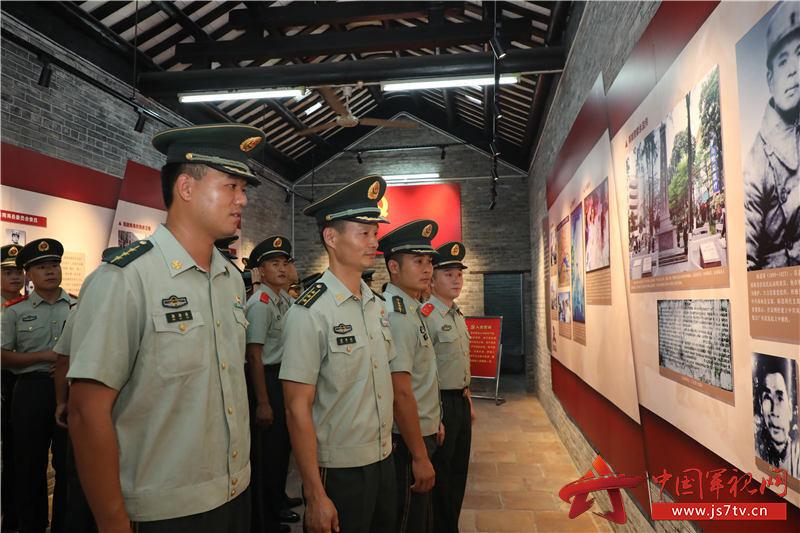 图3 官兵们瞻仰先烈足迹。摄影:张东明