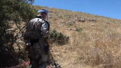 黎以边境:中国赴黎巴嫩维和部队官兵开展人道主义扫雷