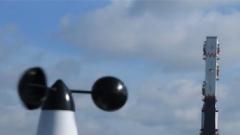 火箭发射迫在眉睫 突然降雨让工作人员神经紧绷