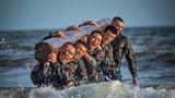 """连日来,武警汕尾支队特战排的勇士们在繁忙的任务之后,又一头扎进了""""魔鬼周""""集训当中。这次,他们与大海来了个特别的约会。沙滩圆木行军、水中推举圆木、低姿匍匐、抢滩登陆、海边摔擒、战术搜索等训练课目接踵而至,特战队员们如火淬炼,百炼成钢,不断锤炼意志,勇敢挑战极限!我们一同领略一下特战队员们的风采吧!图为武警汕尾支队官兵进行海水中推举圆木训练"""