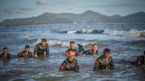 在海水中进行闭气训练