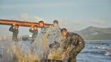 在海水中进行体能训练