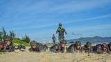 在沙滩上进行低姿匍匐训练