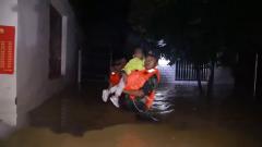 安徽宣城:村庄严重内涝 武警官兵连夜转移受困群众