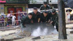 重庆黔江突遭暴雨 武警官兵紧急救援
