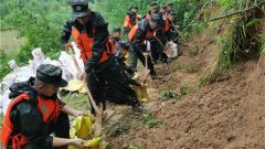 皖南地区内涝 武警官兵紧急救援受灾群众为转运考生做准备