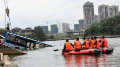 贵州安顺公交车坠湖 武警官兵紧急出动救援