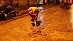 湖北鹤峰:民兵应急分队 雨夜紧急疏通高考通道