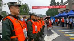 安徽歙县:考生受伤 武警官兵暖心送考