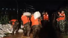 江西景德镇:昌江河洪水漫堤 武警官兵紧急驰援