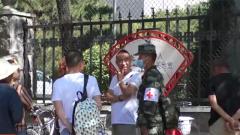 山西大同:高温酷暑 武警官兵为考生备医送药