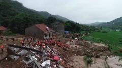 湖北黄冈:暴雨导致群众被埋 武警官兵紧急救援
