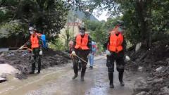 四川阿坝:清淤防疫工作展开 武警官兵协助恢复秩序