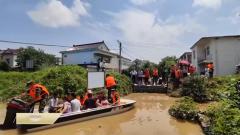 安徽芜湖:千余名群众被困 武警官兵转移群众紧急排险