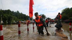 洪水围堵高考考场 武警杭州支队开辟紧急通道