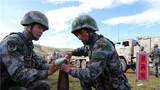 炮班人员组装炮弹,变换装药。