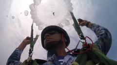 【第一军视】千米高空纵身一跃!海军航空大学训练骨干完成首次大飞机伞降训练
