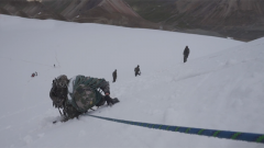 西藏军区某合成旅:侦察分队挺进冰川地域展开极限训练