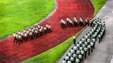 踏着整齐的步伐走进训练场。