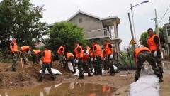 安徽铜陵:洪水漫入村庄 武警官兵紧急救援
