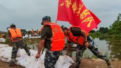 湖北荆州:洪湖地区水位上涨迅猛 空降兵某旅紧急出动