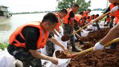 安徽安庆:水位持续上涨 武警官兵紧急排险