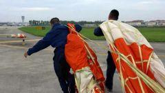 【记者在战位】救生装具员:只为战鹰安全着陆 伞花绽放的一刻