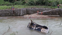 陆军第72集团军:轿车坠河 过路战士紧急救人