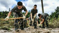 洪水倒灌城区,火箭军官兵驰援地方灾后重建