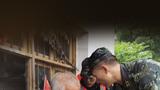 武警安徽省总队黄山支队官兵在休宁县齐云山镇张村农场转运被困群众。摄影:周磊