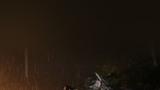 武警湖北省总队黄石支队官兵紧急奔赴大冶湖装填沙袋加固堤坝。摄影:武三斌