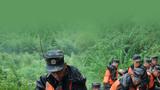 武警安徽省总队黄山支队官兵在黄山区装填物料加固堤坝。摄影:张扬扬