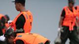 在湖南津市涔澹农场沿岸,救援人员在装填石袋。摄影:陈思汗