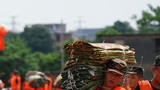 武警战士在鄱阳县鄱阳镇江家岭村搬运编织袋。摄影:周密
