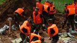 武警战士在鄱阳县鄱阳镇江家岭村搬运沙袋。摄影:周密