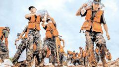 解放军和武警部队兵分多路跨省机动抢险救灾