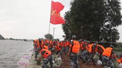 【第一军视】连续作业8小时 空降兵某旅300余名官兵完成洪狮大堤外侧水塘围堰任务