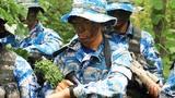 """近日,海军陆战队某旅在鲁东某陌生地域组织狙击手集训。此次集训区分学员层次、科学编组,采取""""以老带新、过关升级、全程淘汰""""的方法,按照理论学习、装备实操、战术训练、综合演练等步骤组织实施,对战场隐蔽伪装、渗透潜伏、狙击战术等5大类20余个课目进行强化训练,锤炼狙击手在复杂战场环境下的作战能力。图为训练对时。"""