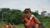 7月11日,一名武警战士在鄱阳县鄱阳镇江家岭村搬运沙袋。新华社记者 张浩波 摄