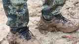泥巴裹满裤腿