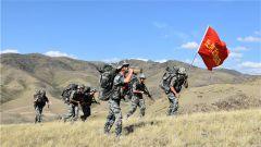 烈日雄心 突破极限考验!新疆军区某边防团向阳营开展全武装负重行军拉练