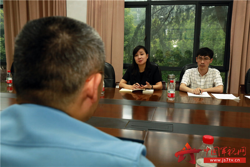 """圖2-法律顧問俞飛女律師及助手接受官兵""""一對一""""專項私密法律咨詢"""