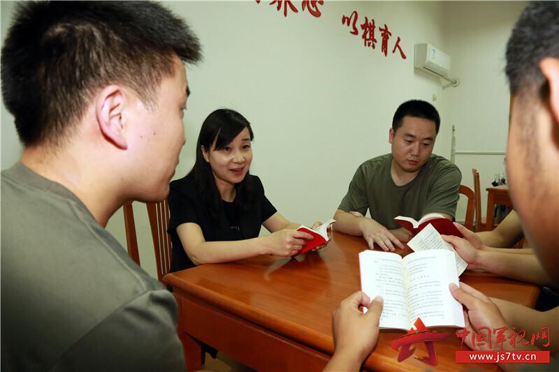 圖4-法律顧問俞飛女律師帶領基層官兵學習《民法典》