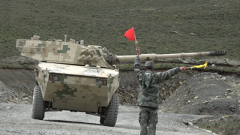 陆军第77集团军某旅组织突击车分队实弹射击训练考核