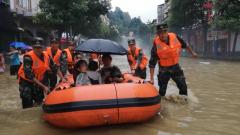 湖北恩施:强降雨来袭 武警官兵紧急转移受困群众