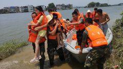 """紧急救援!火箭军""""常规导弹第一旅""""第一时间转移被洪水围困群众"""