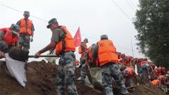 【抢险救灾 子弟兵在行动】新闻特写:抗洪大堤上的亲情连线