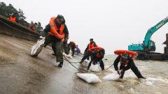 太湖大堤出现险情 武警官兵紧急处置