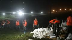 【抢险救灾 子弟兵在行动】湖南岳阳:华容大堤出现漏洞 武警官兵紧急出动