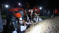 湖南华容:武警官兵星夜驰援固堤防漏洞
